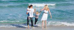 jolly-famille-marchant-sur-le-sable_13339-5608